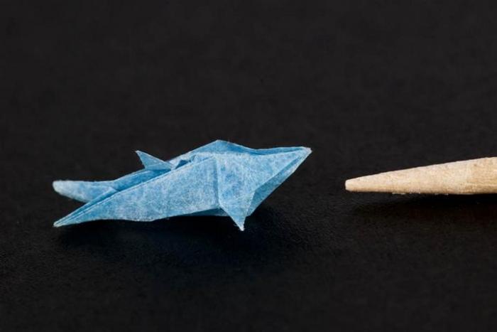 Anya Midori - www.faltsucht.de - Delfin von Jun Maekawa 18x18mm vor einem Zahnstocher