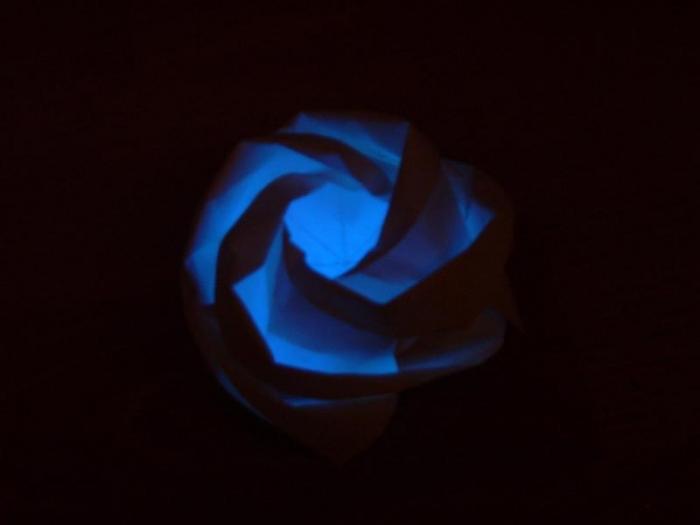 Anya Midori - www.faltsucht.de - besonderes Highlight: die gefalteten Rosen haben in der Nach blau geleuchtet